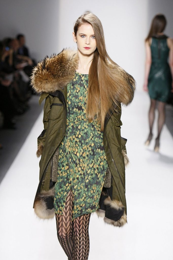 С зимней удлиненной паркой прекрасно миксуются даже легкие платья и узорчатые колготки