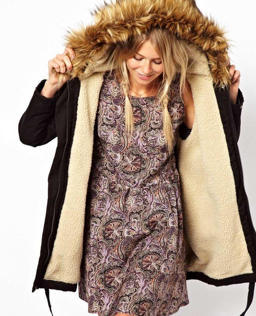 Зимняя парка с мехом гармонично вписывается в дуэт с платьем из легкой ткани