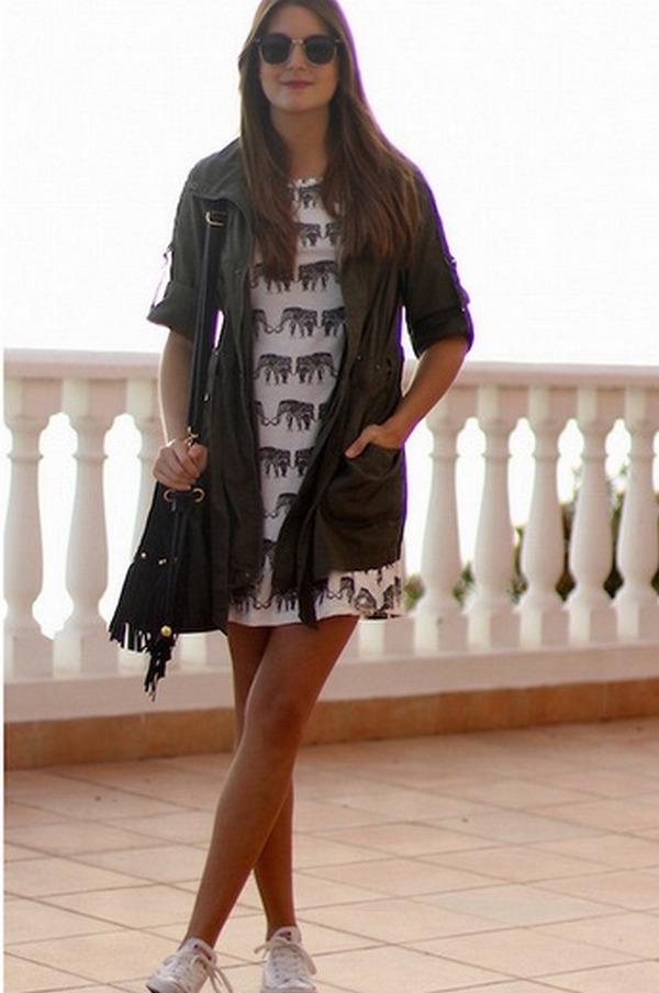 Легкие трикотажные платья и кроссовки помогут создать с паркой укороченного фасона стильные и нежные луки