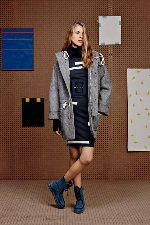 Строгое синее платье, серая парка и обувь в тон платью позволят создать элегантный повседневный образ