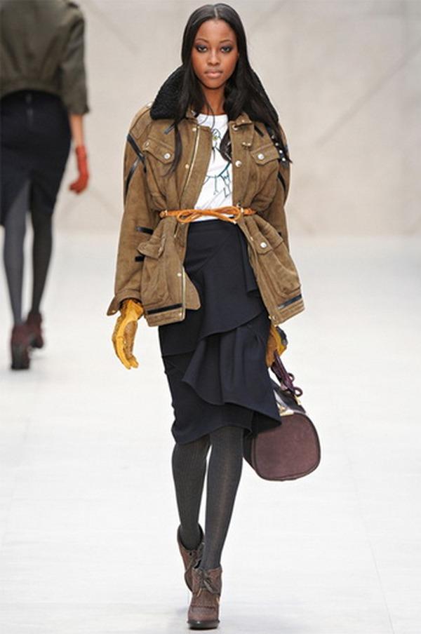 Стильная капсула – юбка с воланами, плотные колготки, ботильоны на каблуке и парка на распашку под ремень