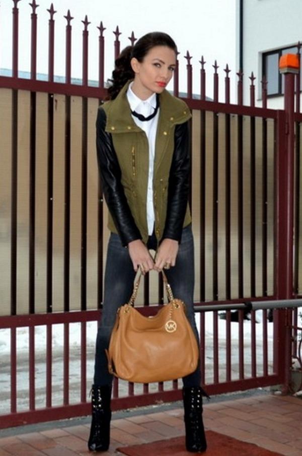 Парка с кожаными рукавами в тандеме с черными джинсами-скинни и стильными украшениями – запоминающийся сет в городском стиле