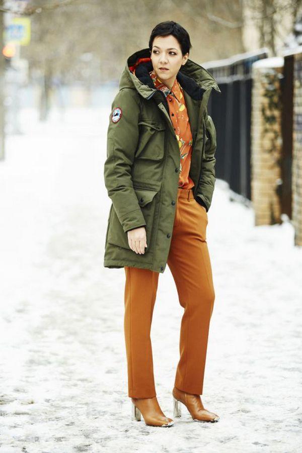 Блуза, брюки и обувь в одной цветовой гамме – эффектной дополнение к парке цвета хаки