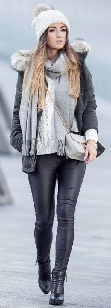 Белоснежный свитер, кожаные леггинсы и темно-серая опушка создают элегантный и стильный повседневный лук