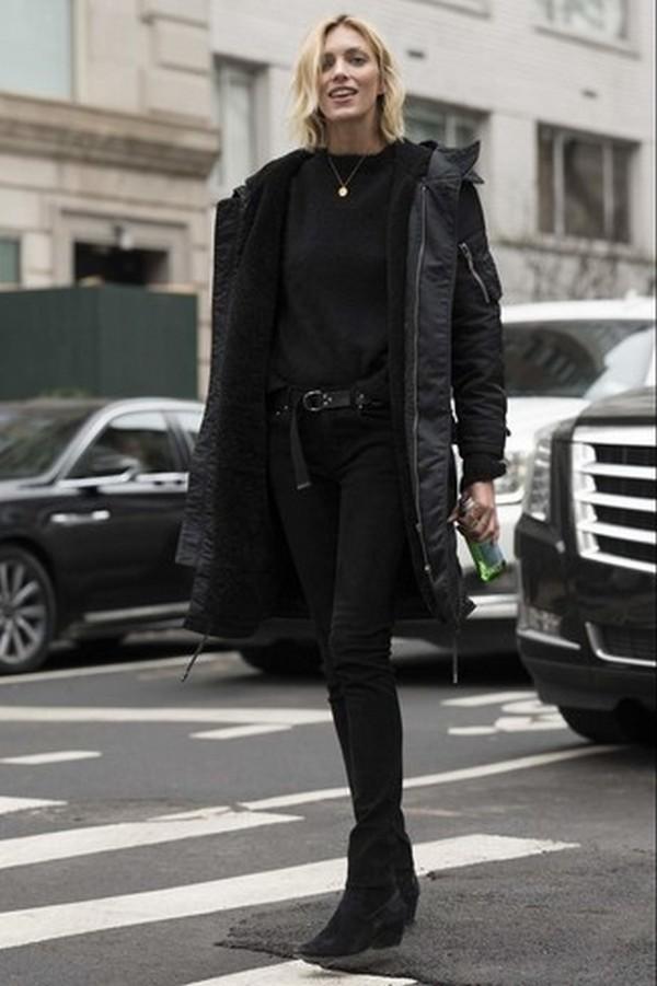 Total black лук – стильный пример комбинации с монохромными предметами гардероба