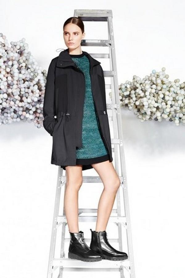 Ярко-зеленое платье отлично разбавляет строгий монохромный лук в черном цвете