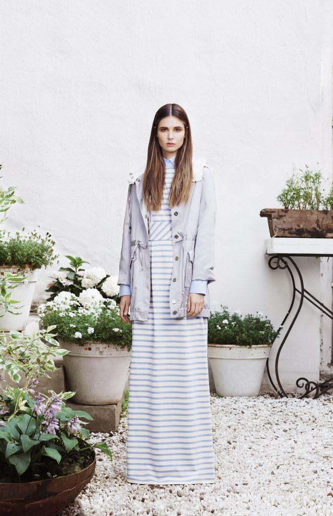 Женственный аутфит легко создать с белой паркой и длинным трикотажным платьем