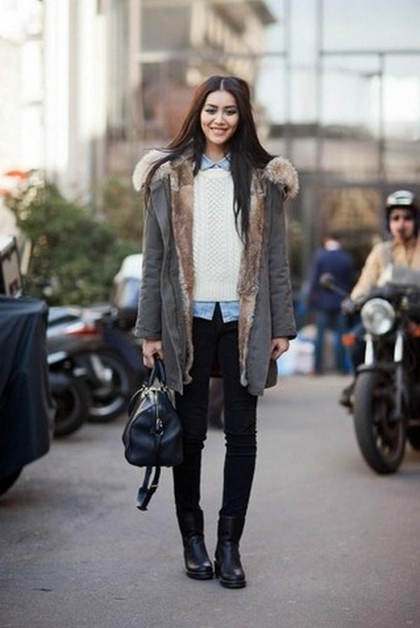 Черные джинсы, сумка и туника – гармоничные элементы лука с серой паркой