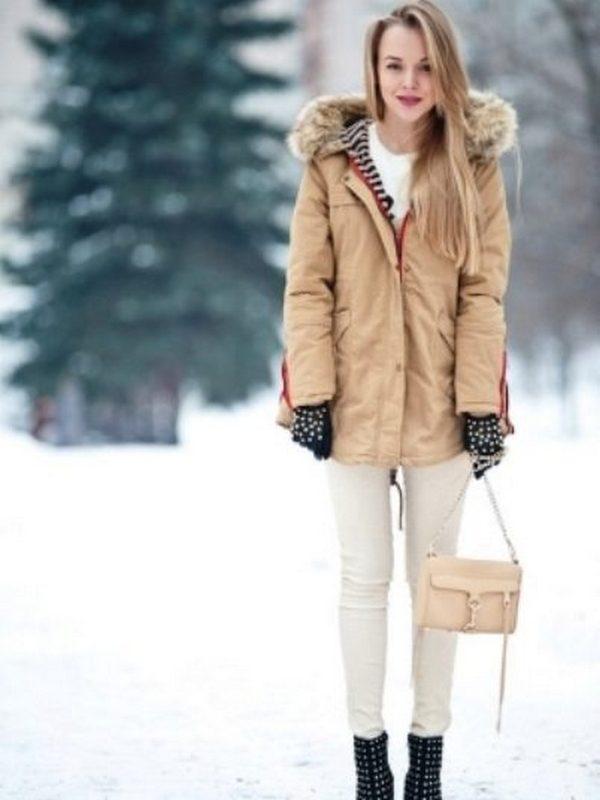 Бежевая парка выглядит стильно в ансамбле с белыми джинсами и свитером, а также черной обувью и перчатками