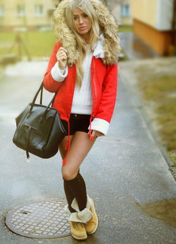 Красная парка становится еще ярче в капсуле  с белым свитером