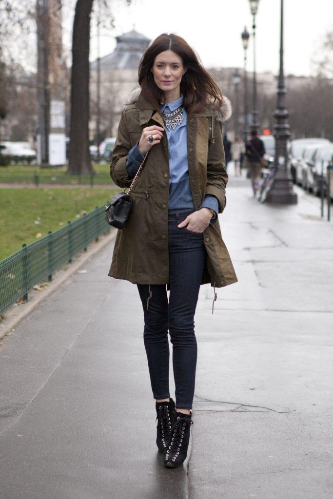 Спокойный повседневный образ можно создать с темно-синими джинсами и коричневой паркой