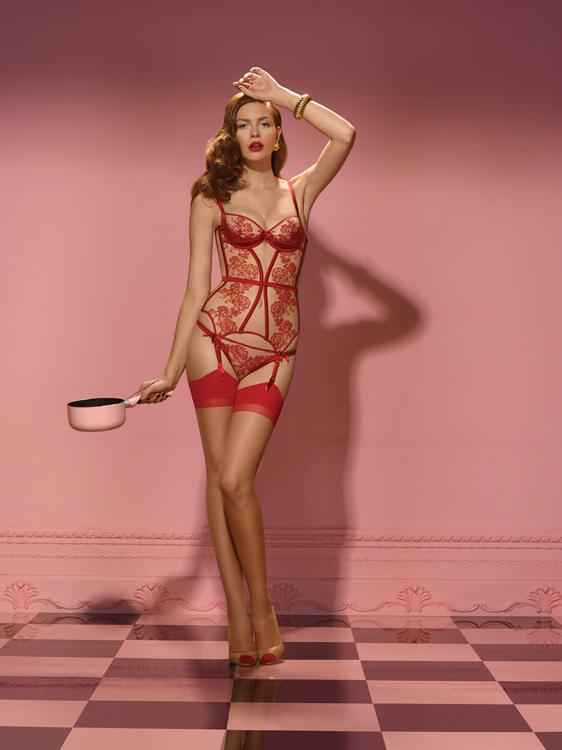 На девушке чулки телесного цвета с красным поясом и декоративными вставками.