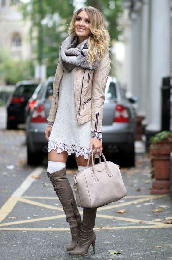 На девушке серое прямое платье-мини с кружевной вставкой, белые плотные чулки, сапоги со шнуровкой, нежно-розовая кожаная куртка.