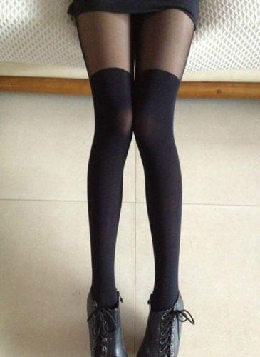 На девушке черные бесшовные чулки, которые красиво выглядят с короткими юбками-солнце.