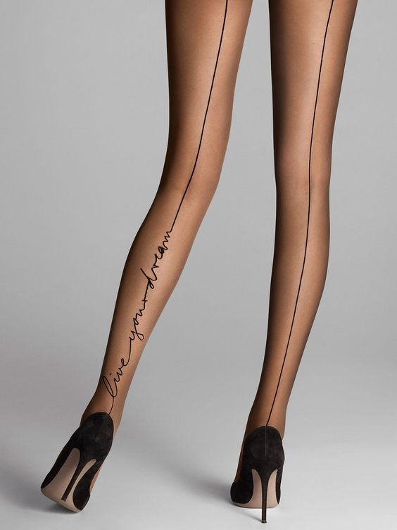 Тонкие черные чулки со швом сзади отлично сочетаются со строгими платьями.