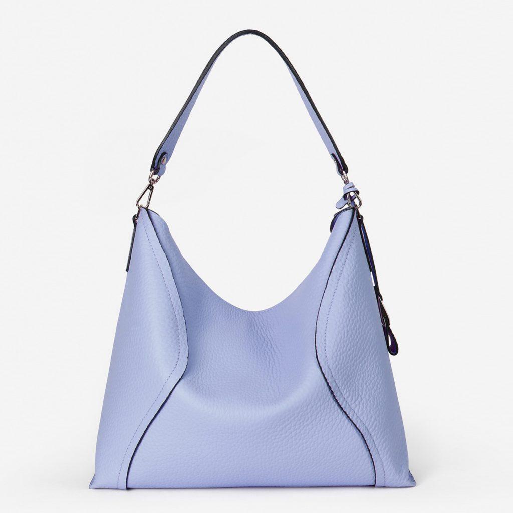 Серо-голубая сумка подойдет в качестве базовой модели.