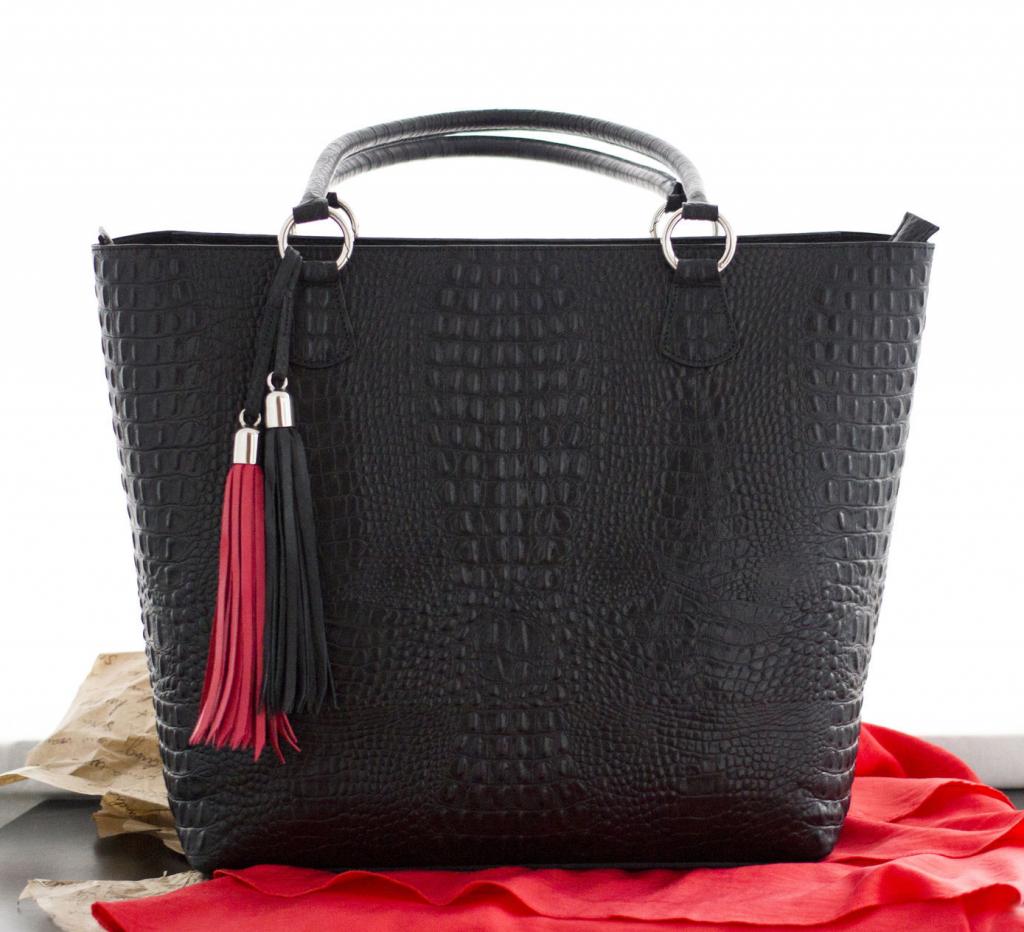 Жесткая сумка хорошо держит форму.