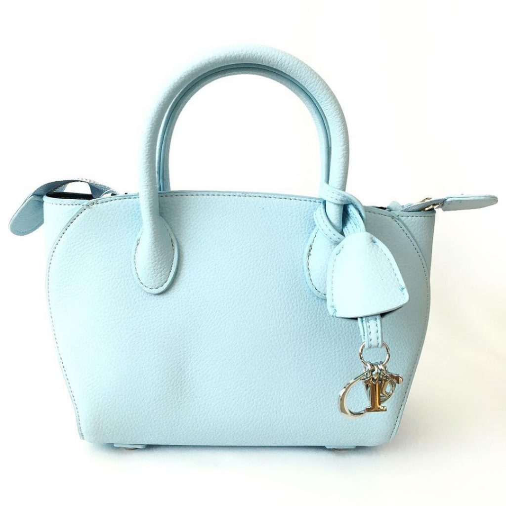 На кожаных сумках всегда есть клаптик материала изготовления.