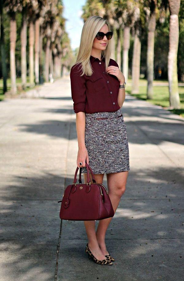 Рубашка и сумка в оттенке бордо делают образ богаче.