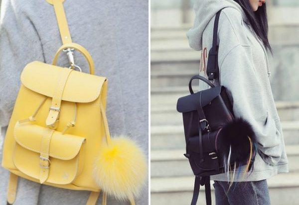 Девушки любят украшать рюкзаки помпонами.