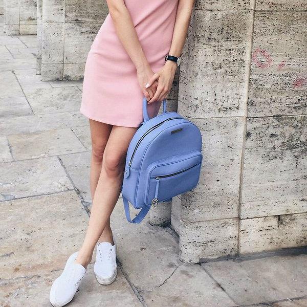 Платье, кроссовки и рюкзак — стильно и комфортно.