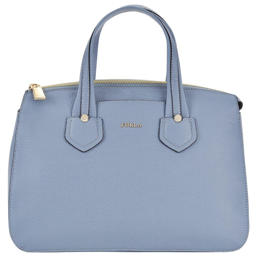 Голубая сумочка с серым подтоном гармонирует с большинством оттенков.