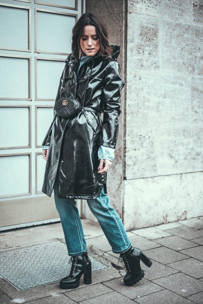 Осенью модницы надевают аксессуар поверх плаща, тренча или пальто.