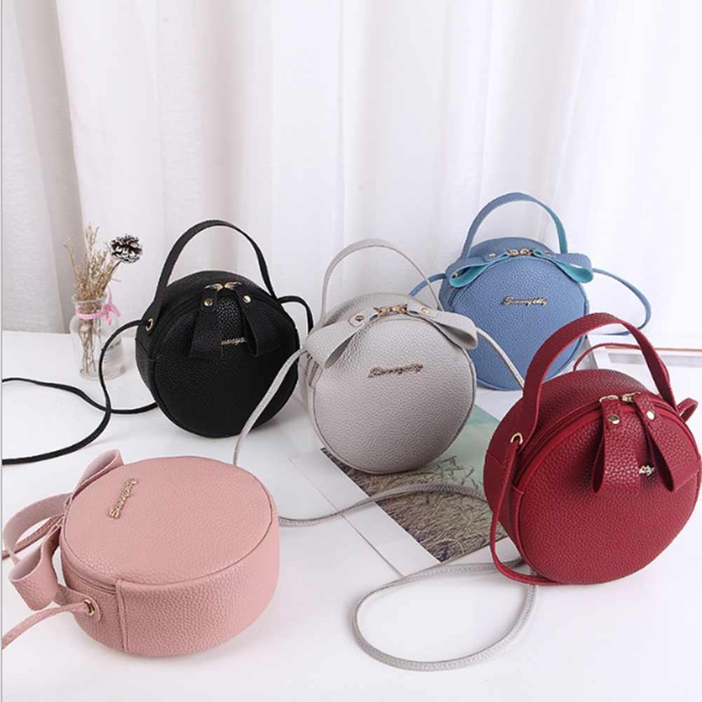 Модницы найдут оттенок круглой сумки по своему вкусу.