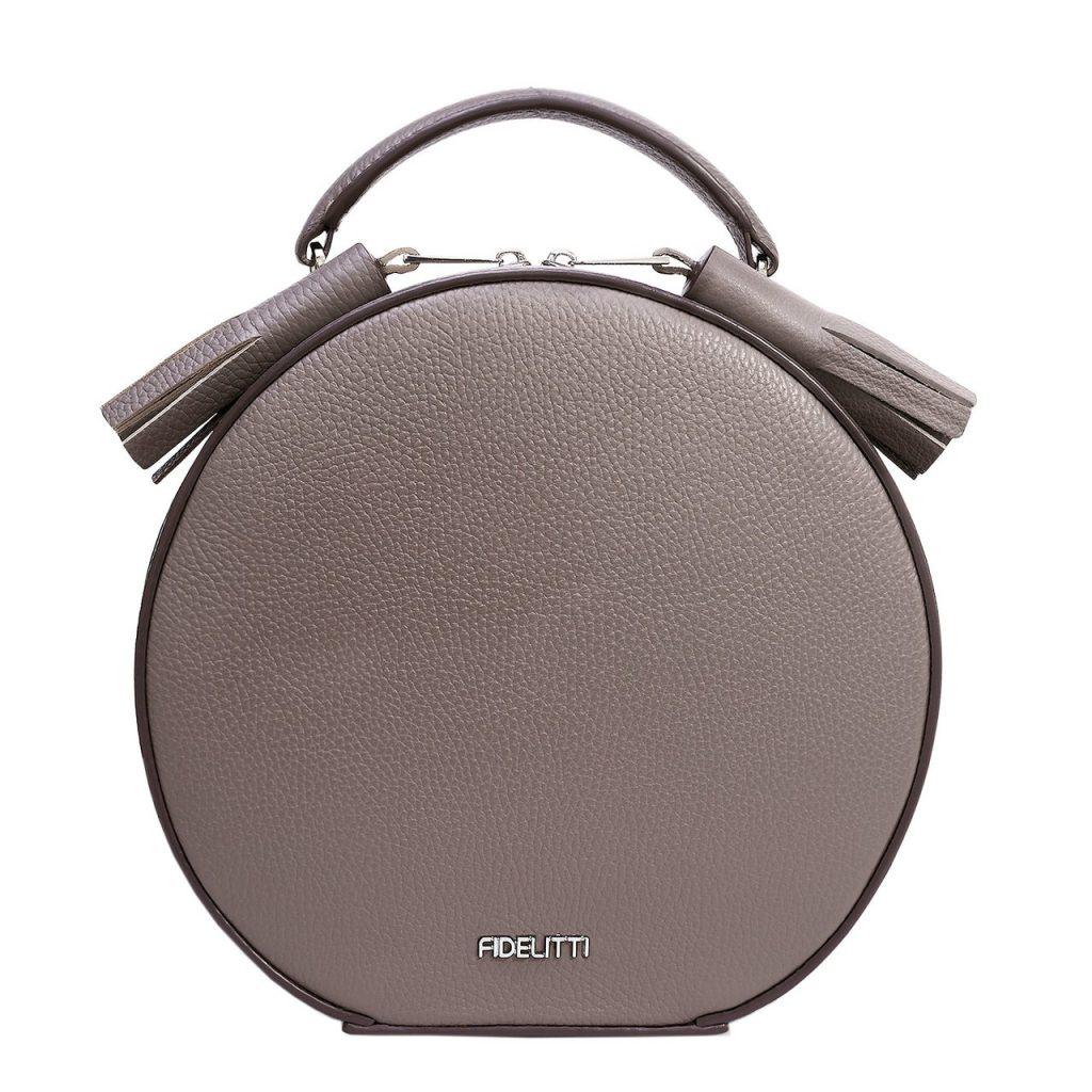 Серый аксессуар — базовый элемент гардероба.