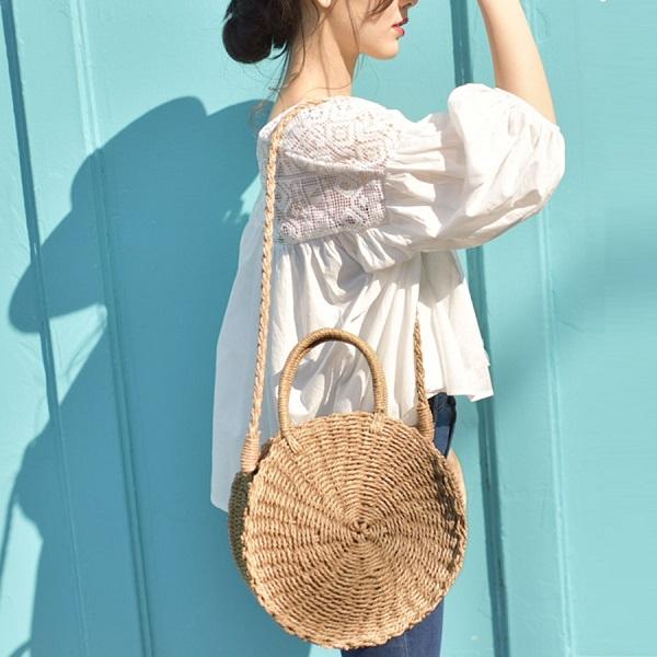 Джинсы, светлая рубашка оверсайз и круглая плетеная сумка — еще одна идея модного лука.
