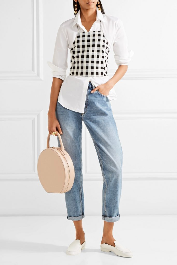 Джинсы бойфренды, рубашка, мюли и круглая сумка — аутфит в духе кэжуал.