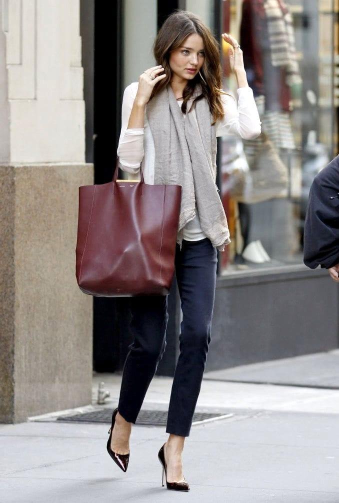 Миранда Керр ходит за покупками с сумкой шоппер.