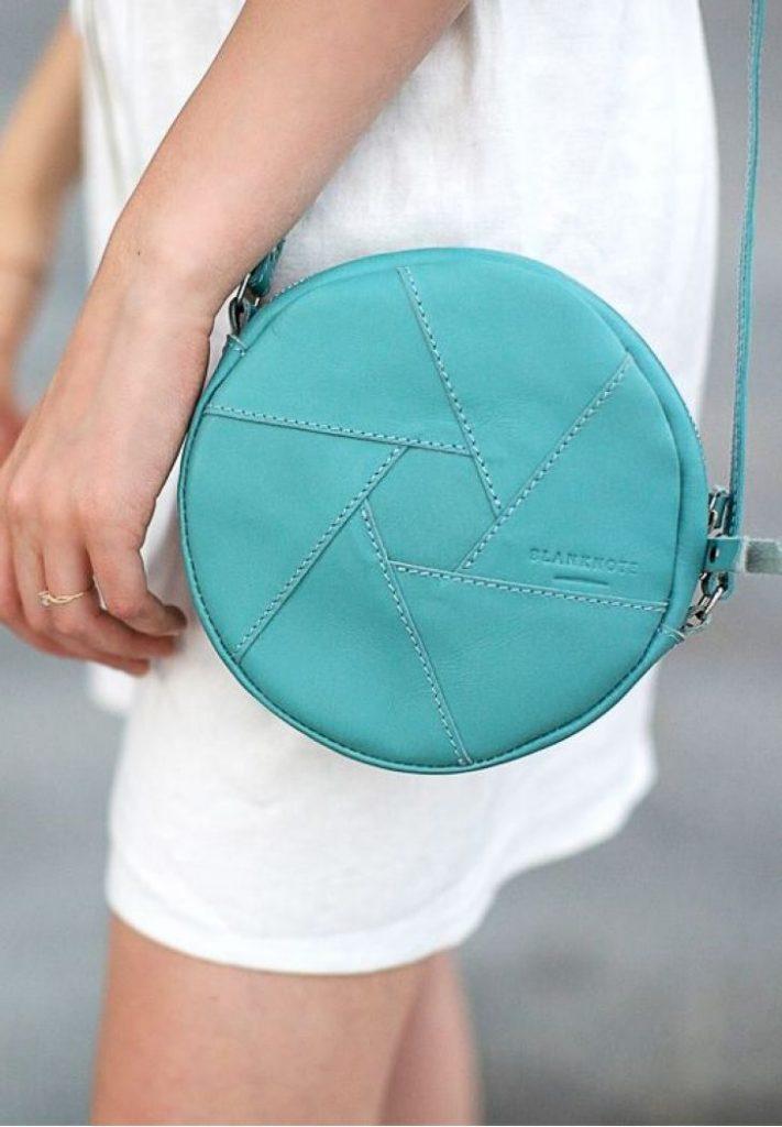 Бирюзовая сумка тоже может быть вариантом на каждый день.