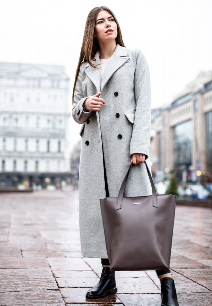 Длинное пальто, ботинки и шоппер — вариант для поклонников расслабленных луков.