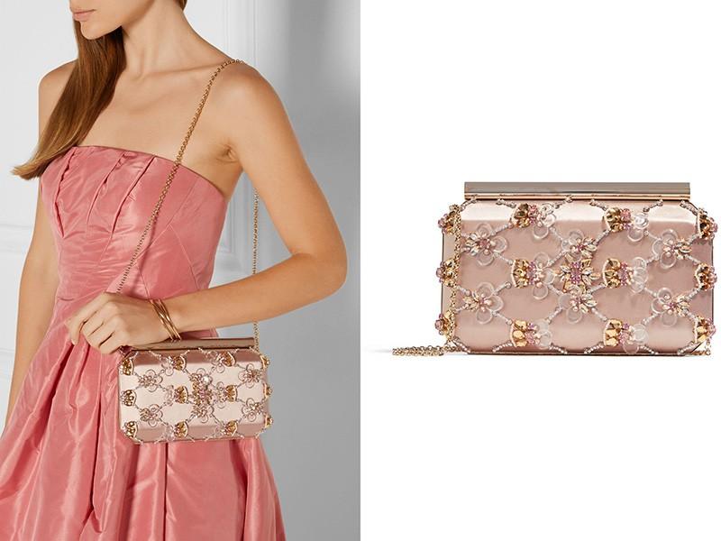 Изысканный клатч и вечернее платье — идеальное сочетание.