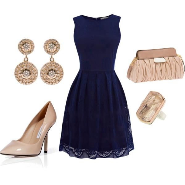 Синее платье, бежевые лодочки, клатч и украшения — образ для торжественного выхода.