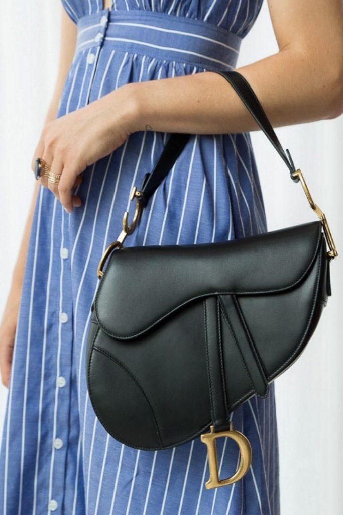 Комбинируйте черный аксессуар с васильковым платьем в полоску.