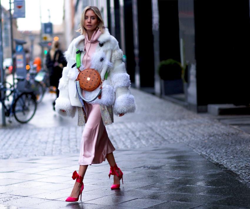Многослойные луки гармоничны с сумкой-таблеткой.