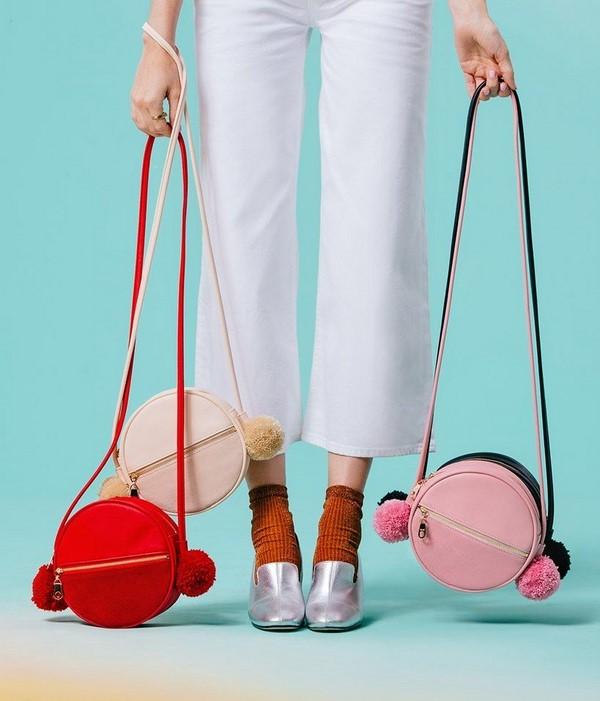 Помпоны на сумке не выходят из моды.