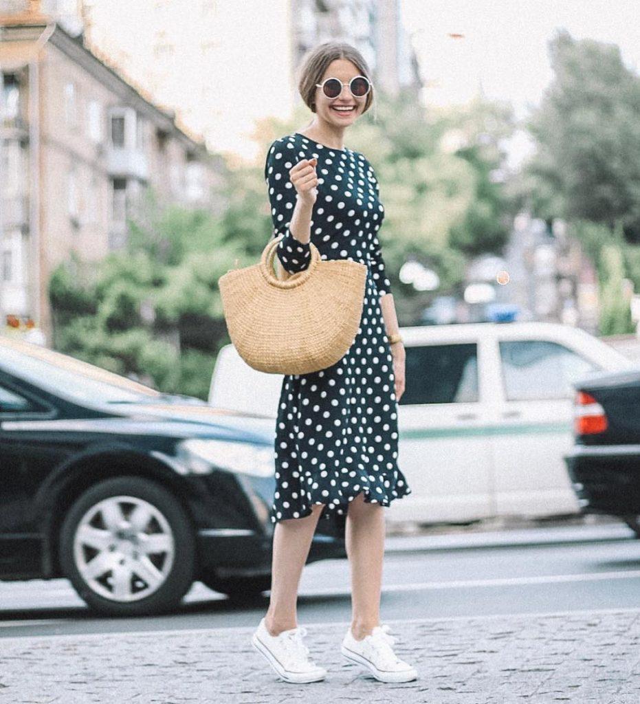 Платье в горох, светлые кеды и корзинка — идея романтического лука.