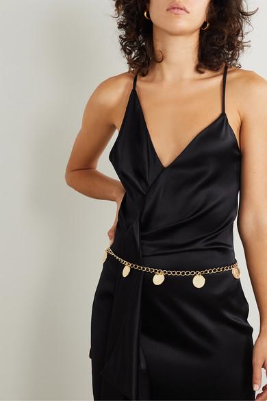 Поясок-цепочка очень эффектно смотрится на фоне черного лаконичного атласного платья в бельевом стиле