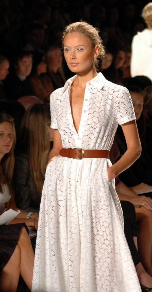 Женственное платье с рыже-коричневым кожаным ремнем смотрится гармонично, такое дополнение не «режет» фигуру, сохраняя ее пропорции