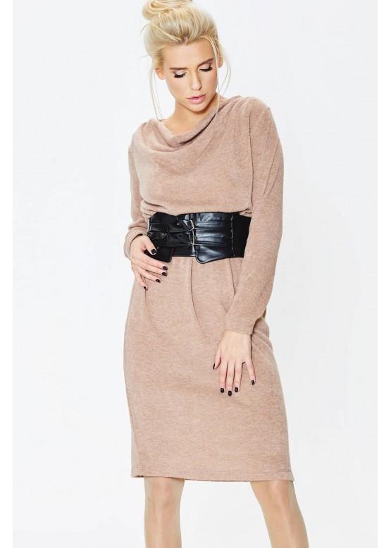 Широкий контрастный пояс в сочетании с просторным трикотажным платьем