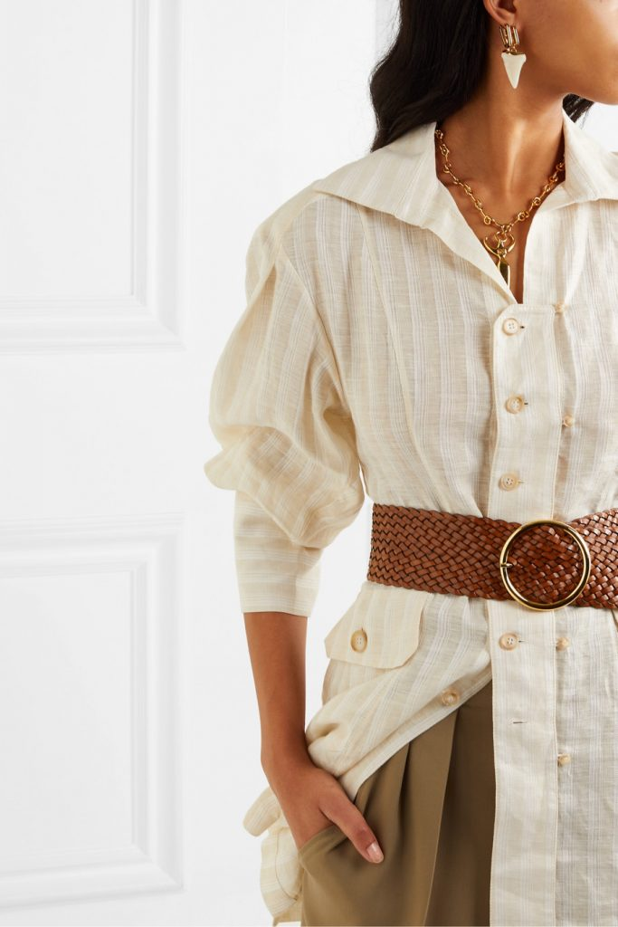 Плетеный массивный ремень с крупной пряжкой гармонирует с украшениями и придает образу с рубашкой законченность и органичность