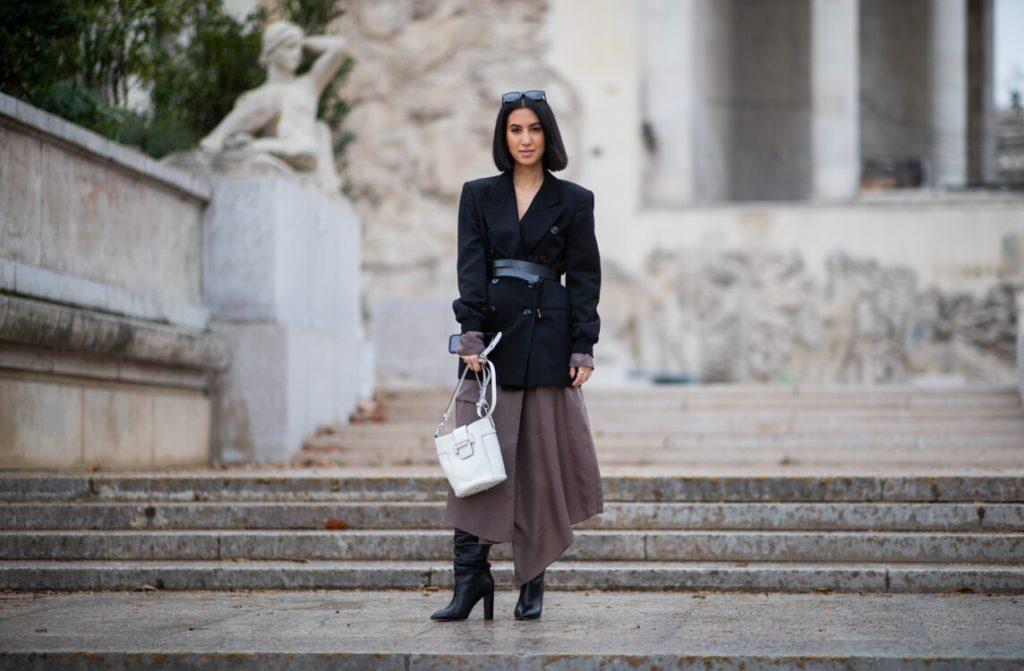 Контрастное сочетание объемного жакета с удлиненной юбкой, обувью на высоком устойчивом каблуке и светлой сумкой выглядит очень эффектно