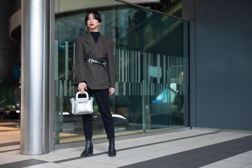 В данном случае, в общем-то, достаточно «мужской» комплект дополнен гламурной сумкой в цвете металлик и крупными серьгами-кольцами