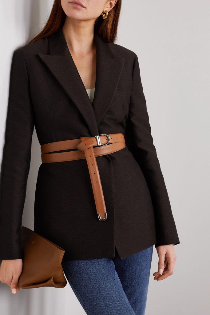 Длинный кожаный ремень и повседневный клатч в цвет в сочетании с удлиненным жакетом и джинсами – прекрасное решение для пятницы