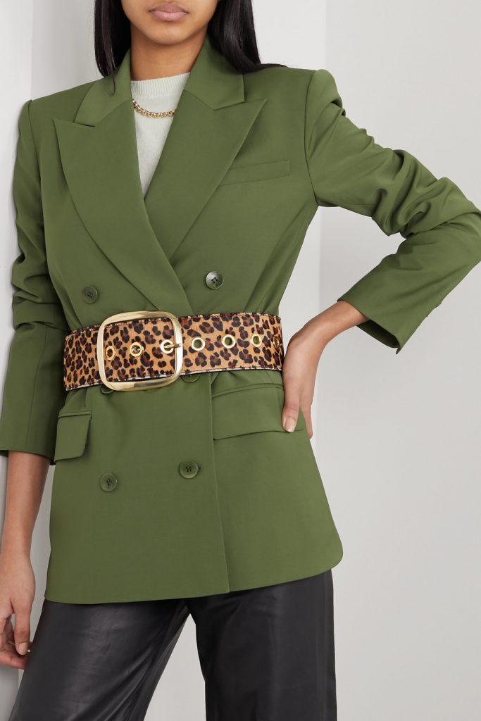 Леопардовый пояс делает сочетание кожаных брюк с просторным жакетом более женственным