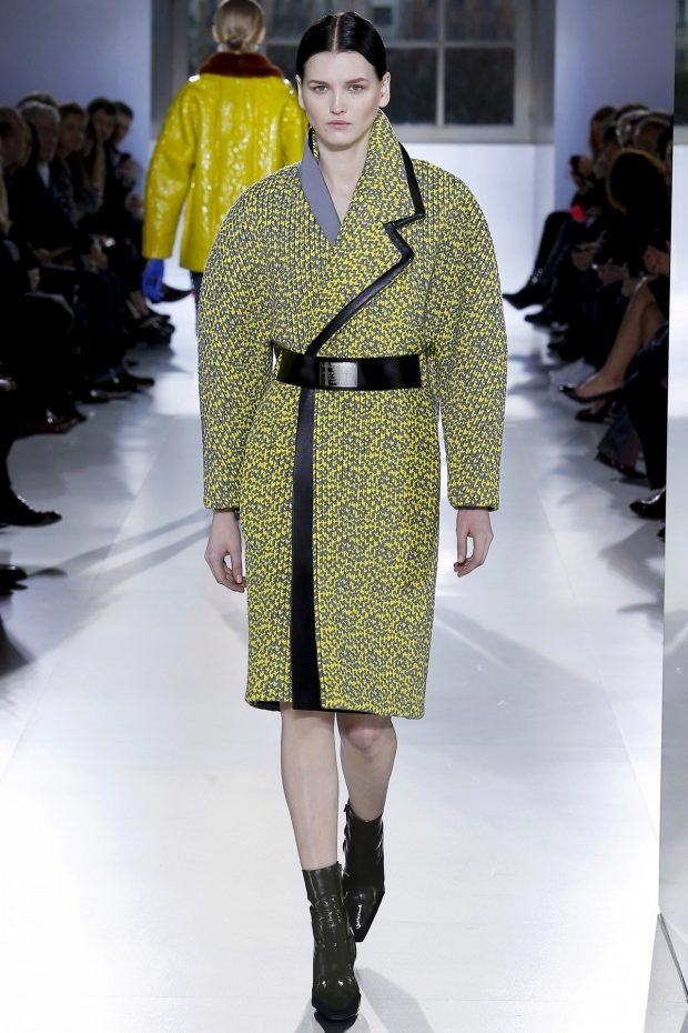 Пальто-халат с лаконичным ремнем в цвет с отделкой смотрится эффектно, но не вычурно