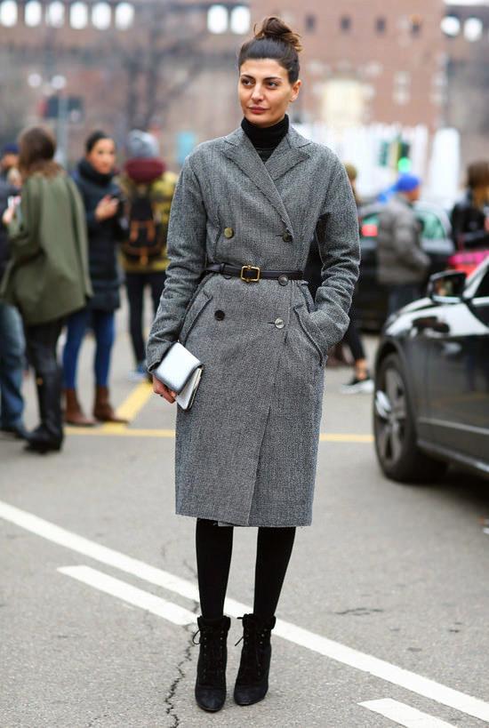 Серое пальто с необработанным воротником дополнено темным узким пояском
